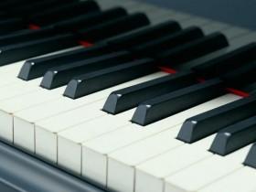 钢琴保养知识!!!钢琴琴键按下去不起来了怎么办?