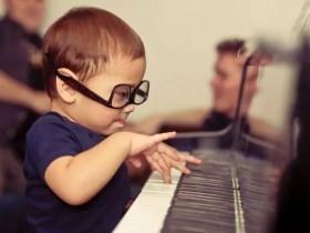 如何理解弹琴时的指力及腕臂放松?